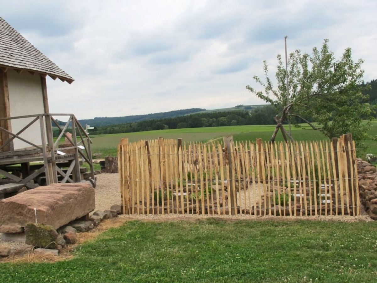 6-Pfostenbau und Kräutergarten
